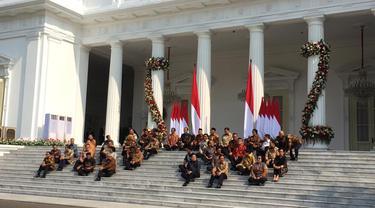 Jelang pengumuman menteri, Presiden Jokowi dan Wapres Ma'ruf Amin duduk di veranda depan Istana Kepresidenan