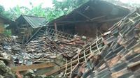 Rumah warga yang rusak akibat angin puting beliung di Bogor. (Liputan6.com/Achamad Sudarno)