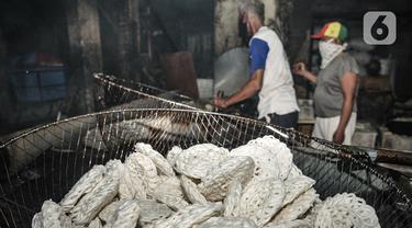 Aktivitis produksi kerupuk di industri rumahan kawasan Cipinang Melayu, Jakarta, Selasa (16/2/2021). Irwan (42), pemilik industri kerupuk itu mengungkapkan akibat pandemi Covid-19 yang berkepanjangan menyebabkan penjualan kerupuk anjlok hingga 60 persen. (merdeka.com/Iqbal S Nugroho)