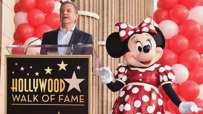 Bos Walt Disney, Bob Iger memberikan sambutan di samping Minnie Mouse saat menerima penghargaan Hollywood Walk of Fame atas nama Minnie Mouse di Los Angeles, Senin (22/1). (Alberto E. Rodriguez/GETTY IMAGES NORTH AMERICA/AFP)#source%3Dgooglier%2Ecom#https%3A%2F%2Fgooglier%2Ecom%2Fpage%2F2019_04_14%2F328637