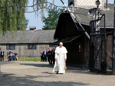 Paus Fransiskus berjalan menuju kamp konsentrasi Nazi Auschwitz di Oswiecim, Polandia, Jumat (29/7). Paus Fransiskus mengunjungi kamp konsentrasi Nazi Auschwitz-Birkenau yang telah menewaskan 1 juta Yahudi. (REUTERS / David W Cerny)