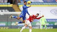 Pemain Leicester City, Wesley Fofana, duel udara dengan pemain Manchester United, Bruno Fernandes, pada laga Liga Inggris di Stadion King Power, Sabtu (26/12/2020). Kedua tim bermain imbang 2-2. (AFP/Pool/Carl Recine)