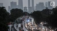 Kondisi llalu lintas saat hujan mengguyur Jakarta, Senin (26/10/2020). BPBD DKI Jakarta mengeluarkan peringatan dini cuaca berupa potensi terjadinya hujan lebat disertai petir dan angin kencang dampak dari siklon tropis Molave hingga 27 Oktober 2020. (merdeka.com/Iqbal S. Nugroho)