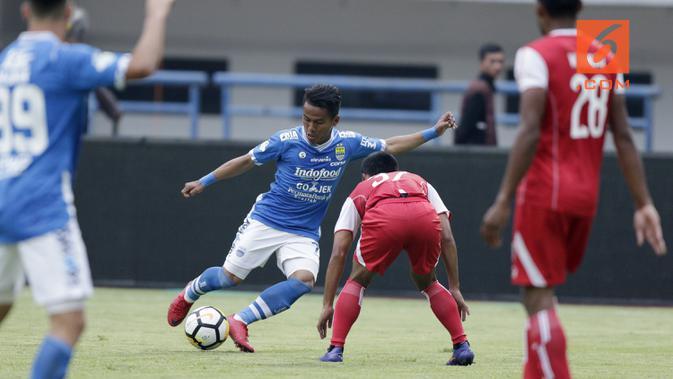 Gelandang Persib Bandung, Ghozali Siregar, saat melawan Arema FC pada laga Liga 1 di Stadion GBLA, Jawa Barat, Kamis (13/9/2018). Persib menang 2-0 atas Arema FC. (Bola.com/M Iqbal Ichsan)