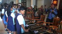 Para pelajar antusias melihat berbagai benda karya seniman dan budayawan yang dipamerkan di Gedung DPRD Kota Malang, Jawa Timur (Zainul Arifin/Liputan6.com)