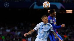 Barcelona langsung menggebrak pertahanan Dynamo Kiev di awal babak pertama. Pada menit ke-2 sundulan Sergino Dest (kanan) masih melambung usai menerima umpan Jordi Alba. (AFP/Josep Lago)