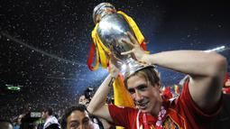 Fernando Torres. Meraih gelar Euro 2008 bersama Timnas Spanyol dan menjadi pencetak gol di partai final tak cukup membawanya merebut Ballon d'Or 2008. Ia hanya menempati posisi ketiga. Gelar jatuh ke tangan Cristiano Ronaldo yang tampil gemilang bersama Manchester United. (AFP/Franck Fife)