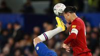 Bek Liverpool, Virgil Van Dijk berebut bola dengan penyerang Chelsea, Olivier Giroud pada laga putaran lima Piala FA di Stamford Bridge, London, Selasa (3/3/2020). Chelsea mengemas kemenangan telak 2-0 atas tamunya Liverpool. (AP/Ian Walton)