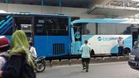 Bus transjakarta tabrakan di halte busway Jakarta Timur. (IG infojakarta)
