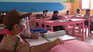 Berhasil masuk zona hijau Covid-19, sekolah dasar (SD) di Kabupaten Boalemo kembali dibuka (Liputan6.com/Arfandi H. Ibrahim)