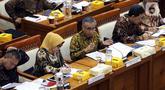 Ketua Dewan Komisioner OJK Wimboh Santoso (tengah) menyampaikan pemaparan saat rapat dengan Komisi XI DPR terkait pembenahan Jiwasraya di Kompleks Parlemen, Jakarta, Rabu (22/1/2020). Rapat tersebut juga membahas tentang pengawasan industri jasa keuangan. (Liputan6.com/Johan Tallo)
