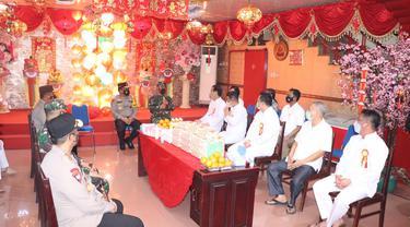 Kunjungan ke tempat ibadah Tridharma tersebut diterima oleh Pengurus Klenteng Ban Hing Kiong Manado, dipimpin Ketuanya Jemmy Binsar.
