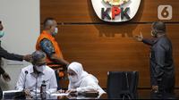 Direktur PT Adonara Propertindo, Tommy Adrian (tengah) bersiap menjalani rilis penahanan di Gedung KPK, Jakarta, Senin (14/6/2021). Tommy Adrian merupakan tersangka dugaan korupsi pengadaan tanah terkait program pembangunan rumah DP Rp 0,- di Munjul Pondok Ranggon. (Liputan6.com/Helmi Fithriansyah)