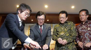 Ketua DPD Irman Gusman (kedua kanan) dan President of GNB Biotech Seoul National University Korea Young Joon Ahn (kedua kiri) saat ingin menandatangani kerjasama riset malaria di Komplek Parlemen Senayan, Jakarta, Rabu( 6/4). (Liputan6.com/Johan Tallo)