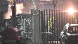 Petugas mengecek puing-puing helikopter yang jatuh di tempat parkir di luar Stadion King Power di Leicester, Inggris (27/10). Kejadian ini terjadi setelah Leicester bermain imbang 1-1 atas West Ham pada lanjutan Liga Inggris. (AFP Photo/Ben Stansall)