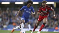 Gelandang Chelsea, Willian, mencoba melewati bek Huddersfield Town, Phillip Billing pada laga lanjutan Premier League, di Stamford Bridge, Kamis (10/5/2018) dini hari  WIB. (AP/John Walton).