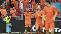 Selebrasi pemain Belanda, Memphis Depay (kiri) usai menjebol gawang Austria dalam pertandingan Grup C Piala Eropa 2020 di Johan Cruyff Arena, Belanda, Jumat (18/6/2021) dini hari. (Foto: AP/Pool/John Thys)
