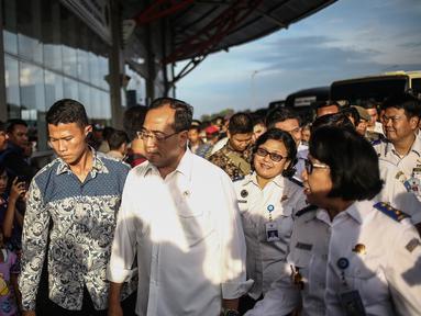 Menteri Perhubungan Budi Karya meninjau penumpang  terminal terpadu Pulogebang, Jakarta, Rabu (28/12). Perbaikan fasilitas di Terminal Pulogebang, Jakarta Timur hingga kini sudah mencapai 90 persen. (Liputan6.com/Faizal Fanani)