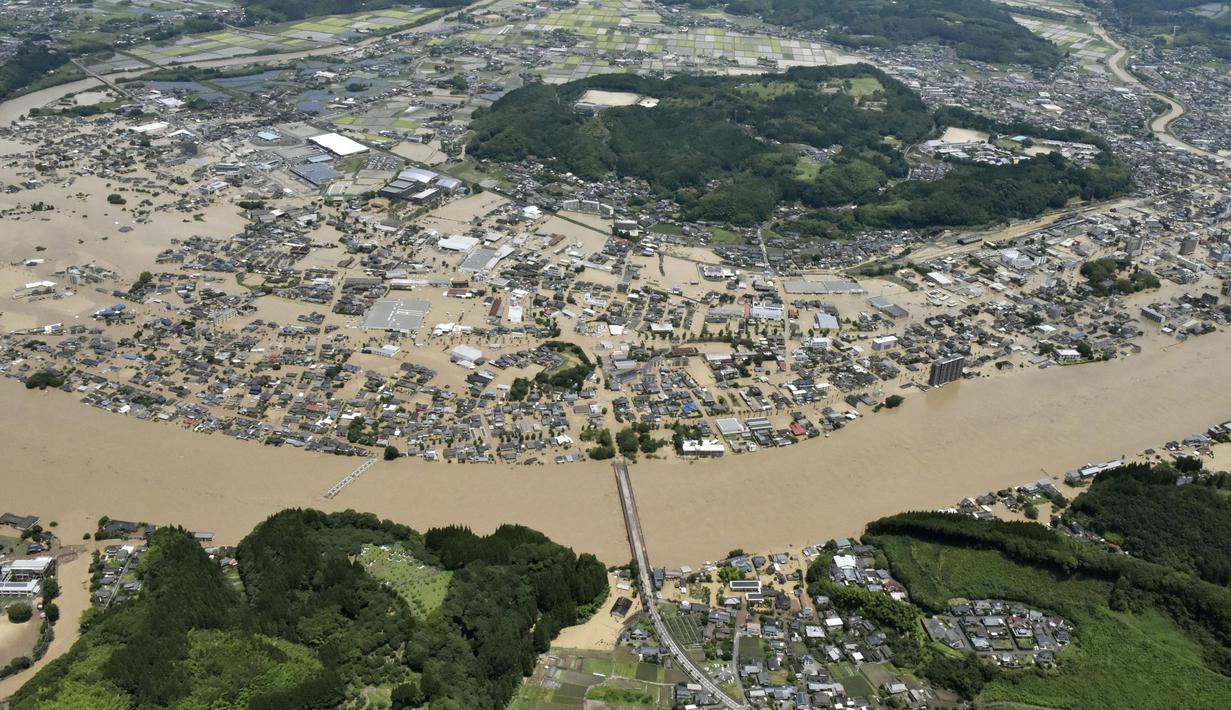 Banjir luapan Sungai Kuma merendam kawasan Hitoyoshi, Prefektur Kumamoto, Jepang, Sabtu (4/7/2020). Hujan deras memicu banjir dan tanah longsor di sejumlah wilayah Jepang. (Kyodo News via AP)