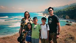 Memasuki usia pernikahan ke 14 tahun, Darius Sinathrya dan Donna Agnesia tetap nampak mesra di berbagai kesempatan. Bahkan keduanya terkadang tak ragu untuk saling mengunggah pesan cinta di akun Instagram masing-masing. (Liputan6.com/IG/darius_sinathrya)