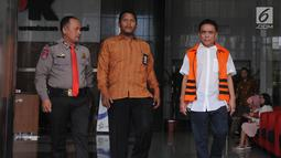 Gubernur Aceh nonaktif Irwandi Yusuf (kanan) usai menjalani pemeriksaan oleh penyidik di Gedung KPK, Jakarta, Jumat (26/10). Irwandi Yusuf diduga melakukan suap gratifikasi mulai tahun 2007 hingga 2018. (Merdeka.com/Dwi Narwoko)