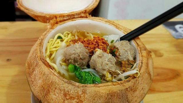 Sensasi Makan Bakso Dalam Mangkuk Buah Kelapa Regional Liputan6 Com