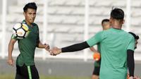 Pemain Timnas Indonesia U-22, Hanif Sjahbandi, saat latihan di Stadion Madya, Senayan, Jakarta, Senin (4/3). Latihan tersebut untuk persiapan kualifikasi Piala AFC U-23. (Bola.com/M Iqbal Ichsan)