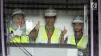 Gubernur DKI Jakarta Anies Baswedan didampingi anaknya Kaisar Baswedan berpose untuk difoto saat meninjau kereta MRT di Depo Lebak Bulus, Jakarta, Kamis (12/4).(Liputan6.com/Arya Manggala)