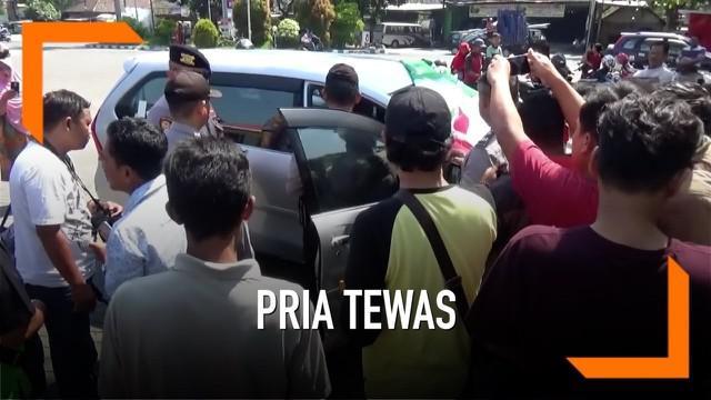 Seorang pria ditemukan meninggal di dalam mobilnya saat akan mengisi bensin di sebuah SPBU di Jombang, Jawa Timur.