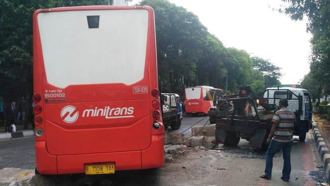 Transjakarta terguling di Jalan TB Simatupang, Jakarta, Kamis (20/9/2018). (Merdeka.com/Ronald)