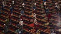Umat Muslim mengenakan masker untuk mencegah penyebaran corona COVID-19, melaksanakan sholat Idul Adha sambil menjaga jarak sosial di Masjid Mohammad al-Amin di Beirut, Lebanon pada 31 Juli 2020. (AP Photo/Hassan Ammar)