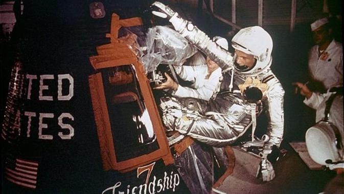 astronaut John Glenn saat mempersiapkan diri untuk mengorbit Bumi. (NASA)