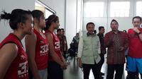 Menteri Pemuda dan Olahraga, Imam Nahrawi, menyambangi pelatnas basket 3 x 3 di Istana Kana, Jakarta, Jumat (12/1/2018). (Bola.com/Yus Mei Sawitri)
