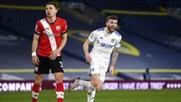 Pemain Leeds United, Stuart Dallas, melakukan selebrasi usai mencetak gol ke gawang Southampton pada laga Liga Inggris di Stadion Elland Road, Selasa (23/2/2021). Leeds United menang dengan skor 3-0. (Gareth Copley/Pool via AP)