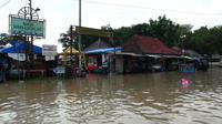 Pusat ekonomi di area komplek Pemakaman Sunan Gunung Jati lumpuh akibat banjir. (Liputan6.com / Panji Prayitno)