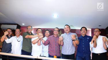 Ketum INACA Ari Askhara (ketiga kanan) bersama direktur maskapai penerbangan foto bersama usai memberi keterangan terkait penerapan tarif batas atas dan bawah pada maskapai penerbangan di Jakarta, Minggu (13/1). (Liputan6.com/Herman Zakharia)