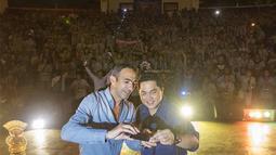 Ramainya anggota Inter Club Indonesia yang mengikuti acara puncak Gathering Nasional ke-4 membuat Youri Djorkaeff mengajak Erick Thohir untuk melakukan selfie di GWK, Bali, Sabtu (29/8/2015). (Bola.com/Vitalis Yogi Trisna)