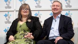 Frances dan Patrick Connolly saat pengumuman pemenang lotere EuroMillions hari tahun baru di Belfast, Irlandia Utara, Jumat (4/1). Pasangan itu meraih hadiah lotere terbesar dalam sejarah Inggris Raya senilai 115 juta poundsterling (Paul FAITH/AFP)