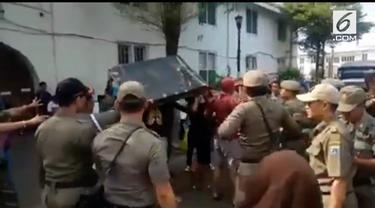 Penertiban PKL di Kawasan Kota Tua berlangsung ricuh. PKL yang tidak terima dagangannya diambil, mencoba mengambil kembali barang-barangnya.