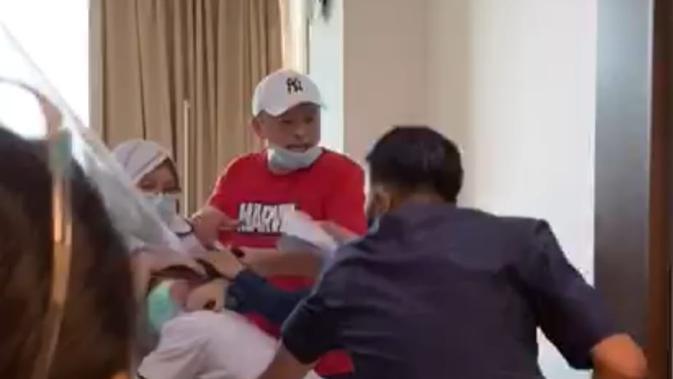 Pelaku JC (baju merah) saat menjambak rambut perawat RS Siloam Sriwijaya Palembang Sumsel Christina (Dok. Instagram @palembang_wikwikwik / Nefri Inge)