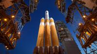 Roket NASA, United Launch Alliance Delta IV Heavy membawa pesawat Parker Solar Probe sebelum diluncurkan ke Matahari dari Frorida, Amerika Serikat, Sabtu (11/8). Pesawat luar angkasa tercepat ini akan mendekati Matahari. (Bill Ingalls/NASA via AP)