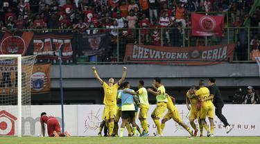 Pemain Semen Padang merayakan gol yang dicetak Mariando Djonak ke gawang Persija Jakarta pada laga Shopee Liga 1 di Stadion Patriot Chandrabhaga, Bekasi, Rabu (16/10). Persija takluk 1-2 atas Semen Padang. (Bola.com/Yoppy Renato)