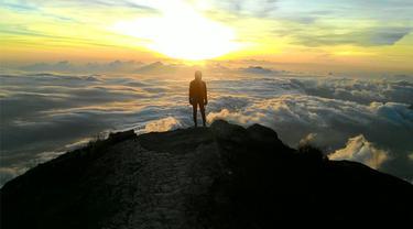 Backpacker kece mendaki gunung suci gunung agung bali