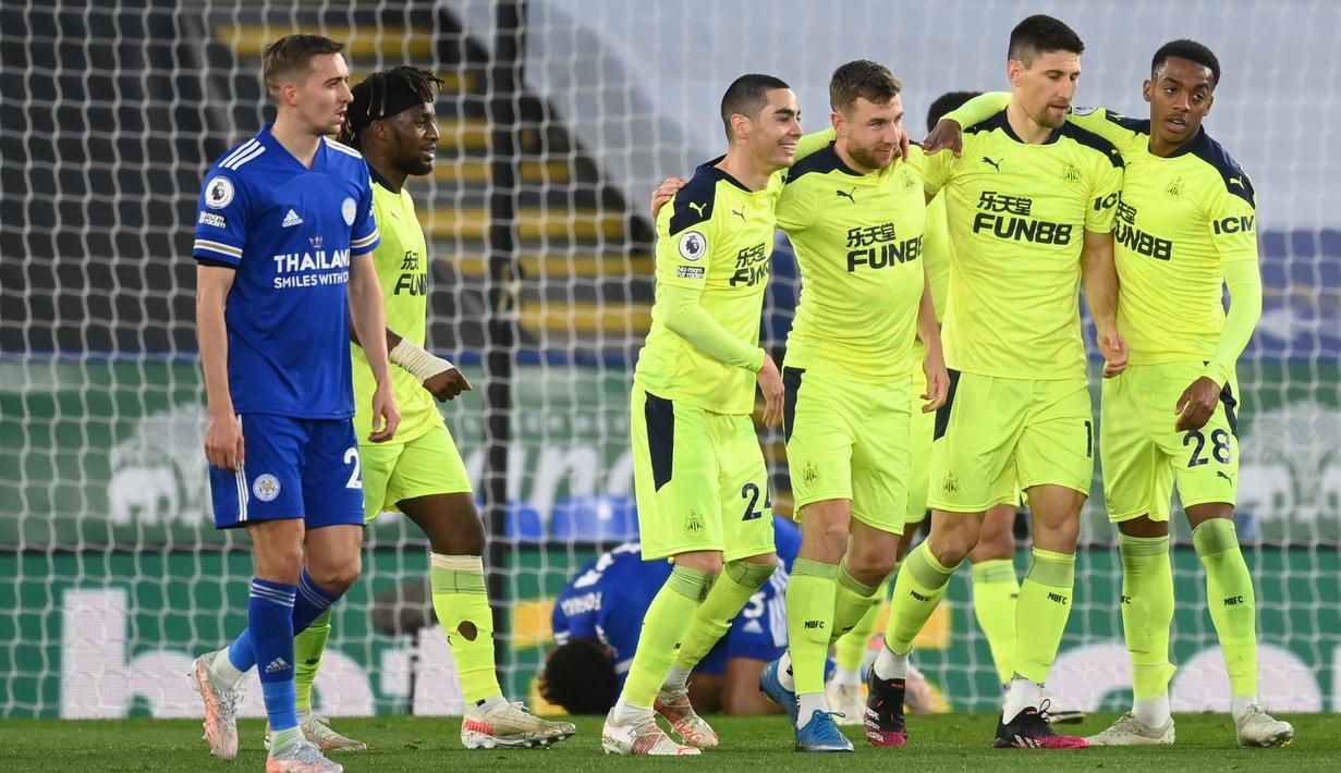 Bek Newcastle United, Paul Dummett (tengah) berselebrasi dengan rekan-rekannya usai mencetak gol ke gawang Leicester City pada pertandingan lanjutan Liga Inggris di Stadion King Power di Leicester, Inggris, Sabtu (8/5/2021). Newcastle menang atas Leicester 4-2. (AFP/Pool/Michael Regan)