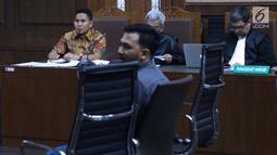 Bupati nonaktif Bener Meriah, Ahmadi (kiri) menyimak keterangan saksi saat menjalani sidang lanjutan dugaan suap alokasi dan anggaran Dana Otonomi Khusus Aceh di Pengadilan Tipikor, Jakarta, Senin (15/10). (Liputan6.com/Helmi Fithriansyah)