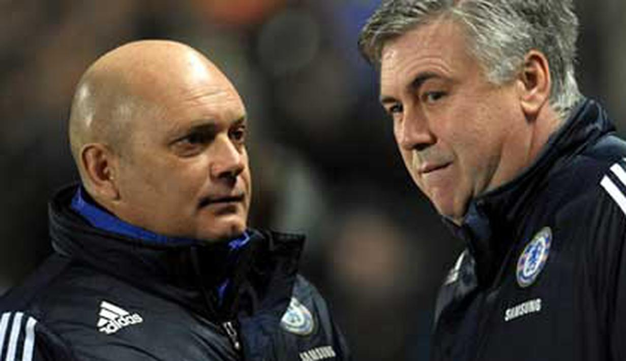 Chelsea's manager Carlo Ancelotti (R) and his assistant Ray Wilkins arrive for their English Premier League football match against Hull City at The KC Stadium in Hull, northern England, on February 2, 2010. AFP PHOTO/PAUL ELLIS