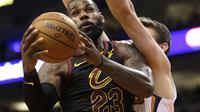 Aksi LeBron James saat Cavaliers kalahkan Phoenix Sun (AP Photo/Rick Scuteri)