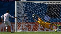 Sayang, eksekusi penalti yang dilakukan striker Alvaro Morata masih dapat ditepis kiper Martin Dubravka. (Foto: AP/Pool/Thanassis Stavrakis)