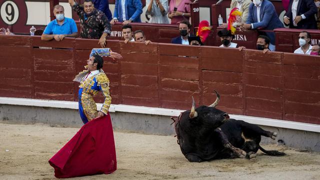 Matador Spanyol Emilio de Justo membunuh seekor banteng dengan pedang saat adu banteng di arena adu banteng Las Ventas, Madrid, Spanyol, Minggu (4/7/2021). Adu banteng ini berlangsung di tengah pandemi virus corona COVID-19. (AP Photo/Manu Fernandez)