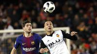 Bek Barcelona, Sergi Roberto, duel udara dengan striker Valencia, Rodrigo Moreno, pada laga leg kedua semifinal Copa del Rey di Stadion Mestalla, Kamis (8/2/2018). Barcelona menang 2-0 atas Valencia. (AP/Alberto Saiz)